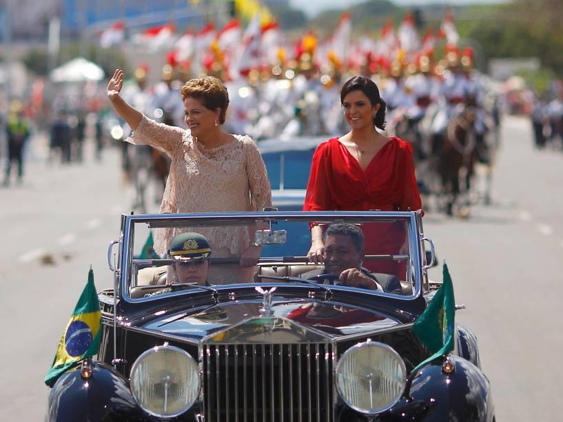 A presidente Dilma Rousseff desfila em carro aberto com a filha, Paula, com destino ao Congresso Nacional, em Brasília, onde tomará posse de seu segundo mandato - 01/01/2015