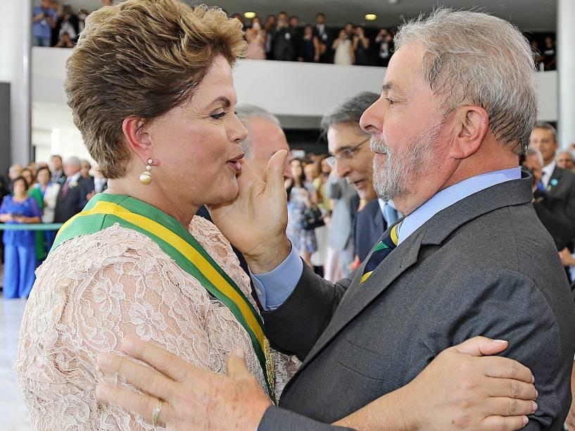A presidente reeleita Dilma Rousseff, cumprimenta Lula durante cerimônia de posse de seu segundo mandato, no Palácio do Planalto - 01/01/2015