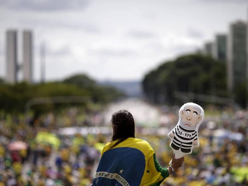 Manifestantes protestam pedindo o impeachment da presidente Dilma Rousseff, nos arredores do Congresso Nacional, em Brasília (DF) - 13/12/2015