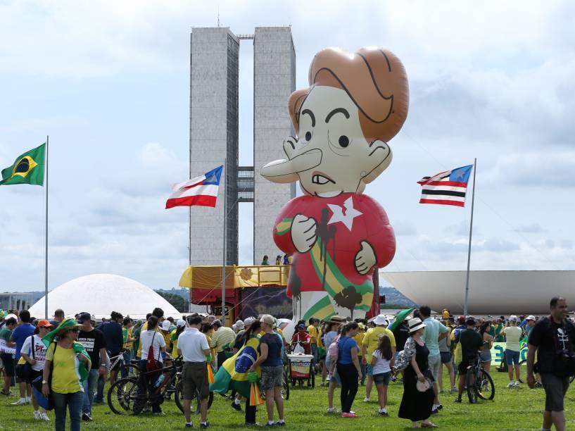 Grupo de manifestantes pró-impeachment se reune nos arredores do Congresso Nacional em Brasília (DF) - 13/12/2015