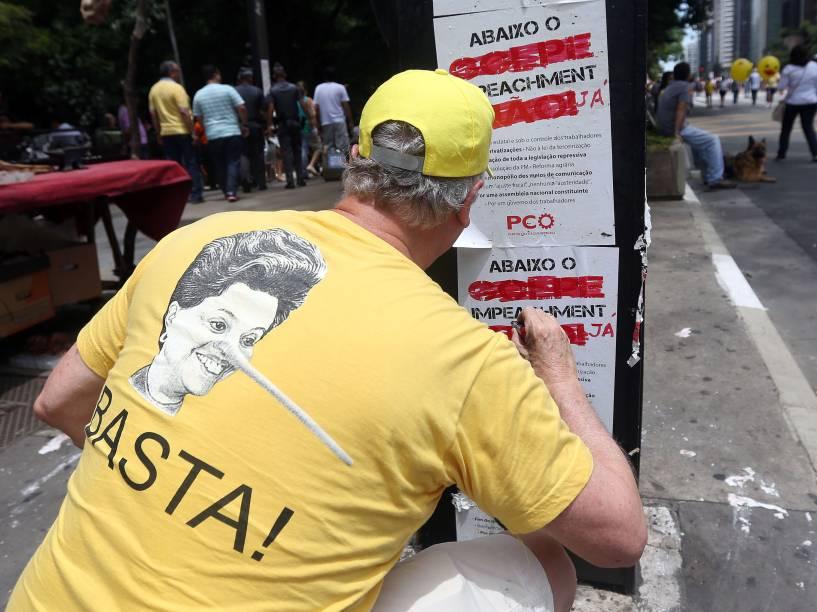 Manifestante pede impeachment da presidente Dilma Rousseff durante protesto na Avenida Paulista em São Paulo - 13/12/2015