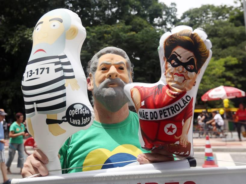 Manifestante com uma máscara do ex-presidente Lula segura bonecos infláveis durante protesto que pede o impeachment da presidente Dilma Rousseff na Avenida Paulista em São Paulo - 13/12/2015