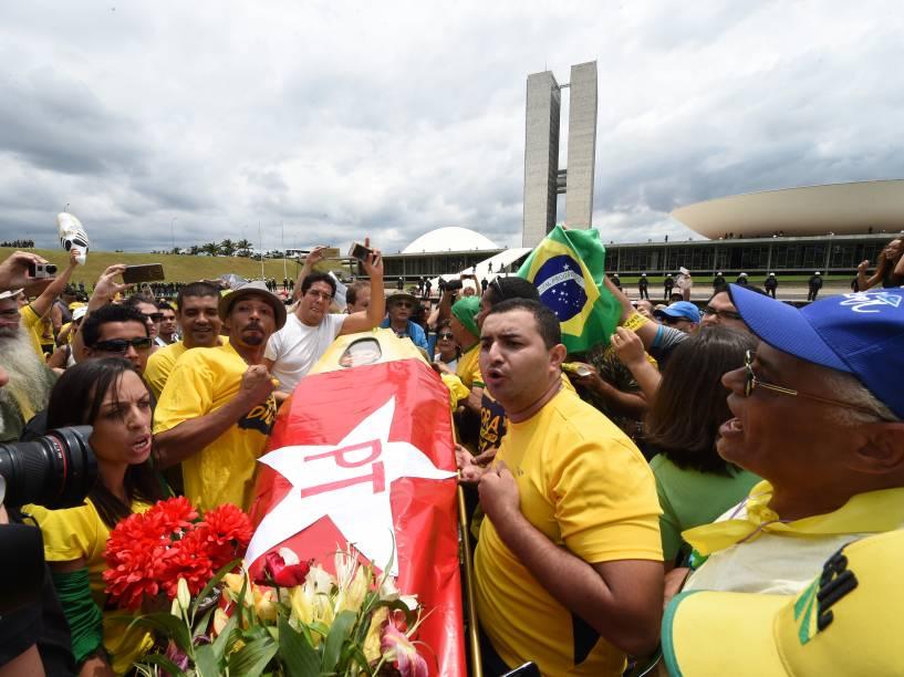 Manifestantes carregam um caixão com a bandeira do PT e uma caricatura de Dilma Rousseff, em ato pró impeachment em Brasília (DF) - 13/12/2015