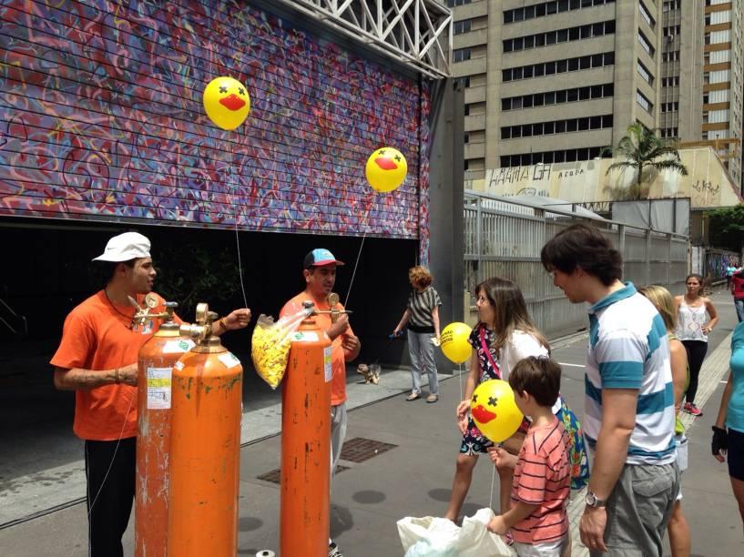 Representantes da Fiesp distribuem balões infláveis simbolizando a campanha contra a criação de novos impostos e da volta CPMF