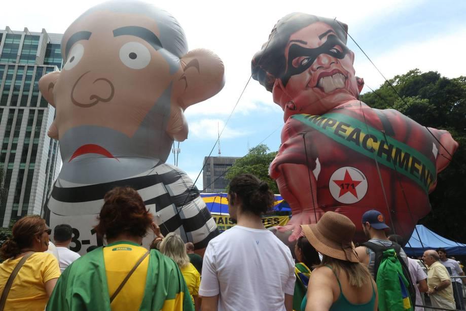 Bonecos infláveis representando o ex-presidente Lula e a presidente Dilma Rousseff são vistos durante ato pró-impeachment em São Paulo - 13/12/2015