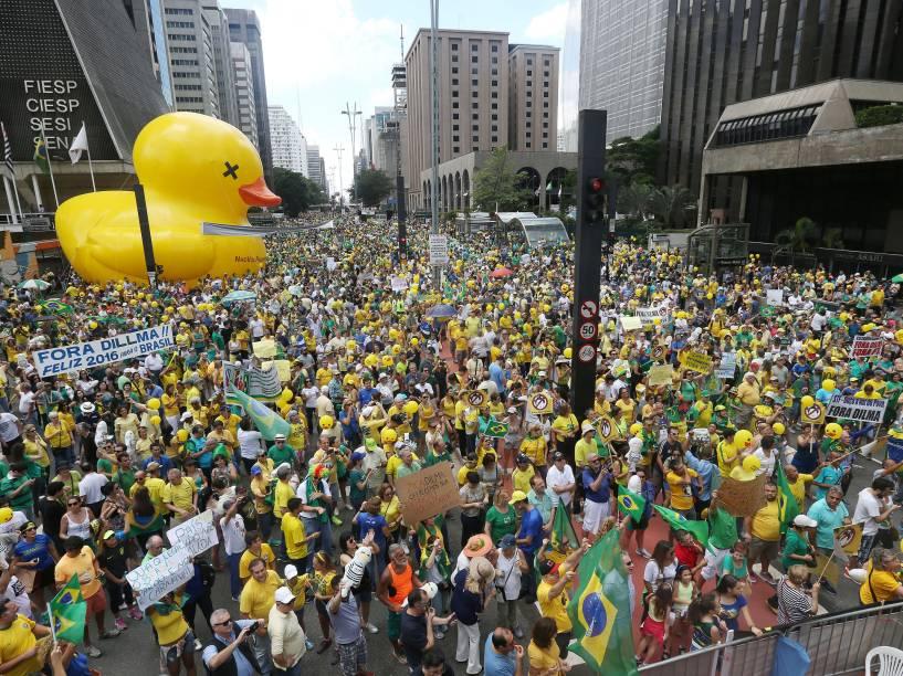Manifestantes ocupam parcialmente a avenida Paulista para pedir o impeachment da presidente Dilma Rousseff em São Paulo - 13/12/2015