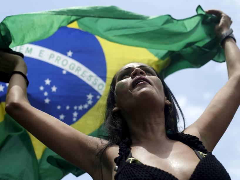 Manifestante carrega bandeira do Brasil durante protesto pedindo o impeachment da presidente Dilma Rousseff, no Rio de Janeiro - 13/12/2015