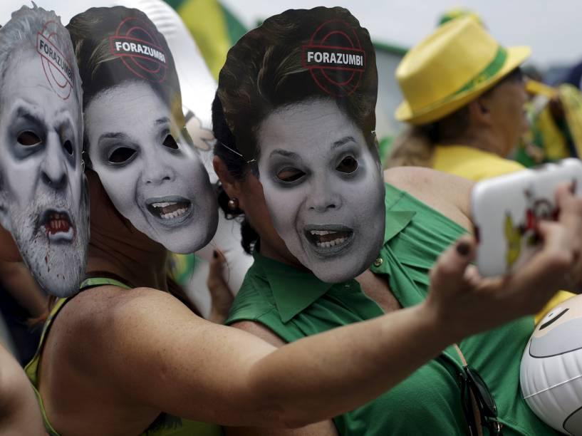 Manifestantes fazem selfie usando máscaras do ex-presidente Lula e da presidente Dilma Rousseff durante ato pró-impeachment no Rio de Janeiro - 13/12/2015