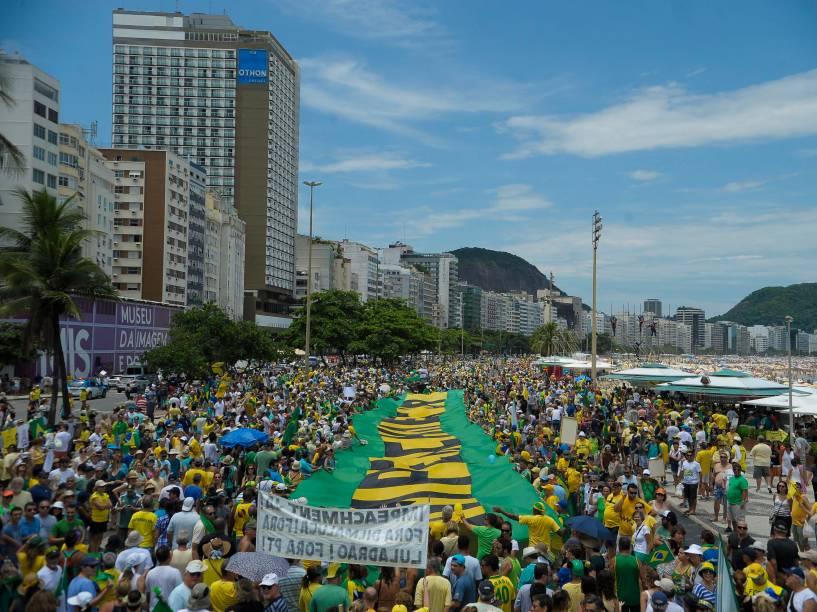 Manifestantes ocupam parcialmente a orla da praia de Copacaban durante ato pró-impeachment no Rio de Janeiro - 13/12/2015