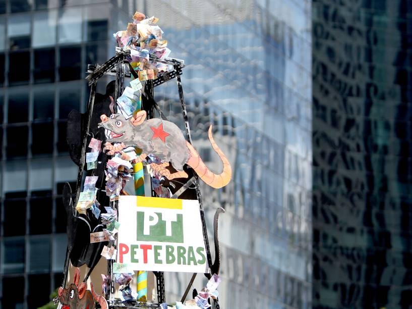 Manifestantes fazem protesto contra a corrupção e pedem o impeachment da presidente Dilma Rousseff na avenida Paulista, em São Paulo - 13/12/2015