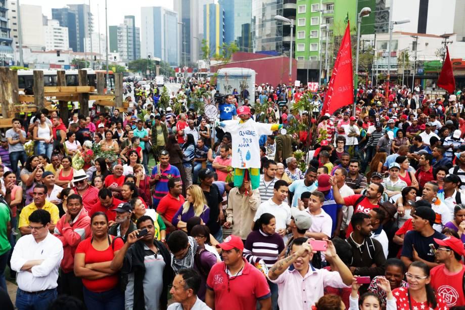 Integrantes do MTST (Movimento dos Trabalhadores Sem Teto) no Largo da Batata, na Zona de Sul de São Paulo, em protesto contra a falta de água