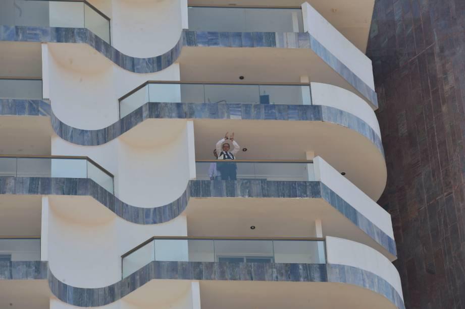 O sequestrador Jac Souza ameaça explodir o hotel caso suas demandas não sejam atendidas