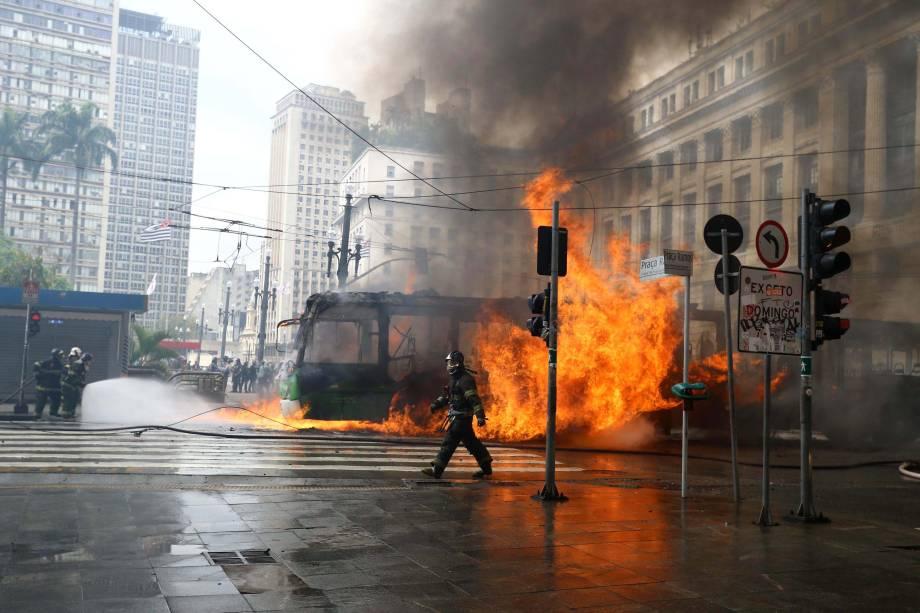 Ônibus incendiado em frente ao Teatro Municipal, no centro de São Paulo