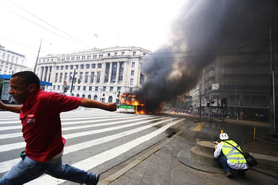Ônibus é incendiado no Viaduto do Chá durante reintegração de posse do antigo Hotel Aquarius, no centro de São Paulo