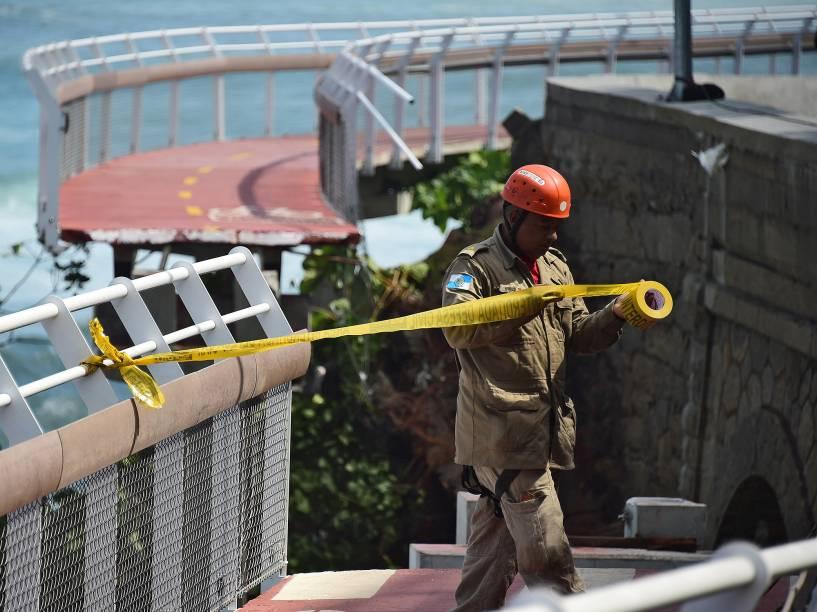 Trabalhador isola parte da ciclovia Tim Maia,na Avenida Niemeyer, no Rio de Janeiro (RJ) onde duas pessoas morreram, depois de serem atingidos por forte onda - 21/04/2016