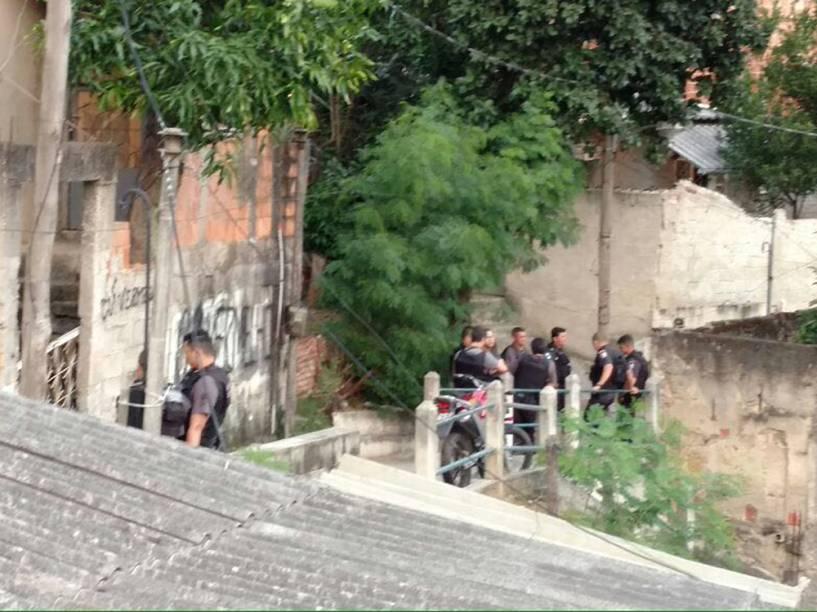 Policiais próximos à casa onde adolescente de 16 anos foi vítima de estupro coletivo, no Rio de Janeiro