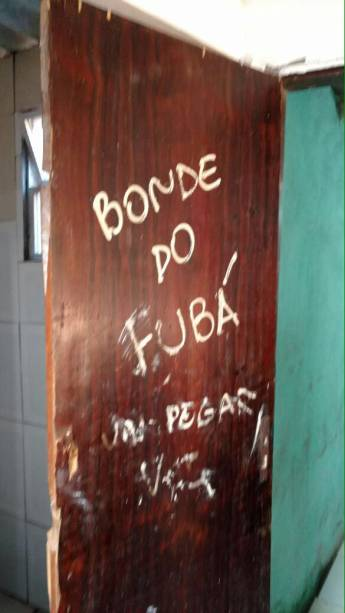 """""""Bonde do Fubá"""", se lê em porta de casa onde menina de 16 anos foi violentada por mais de 30 homens, no Rio de Janeiro"""