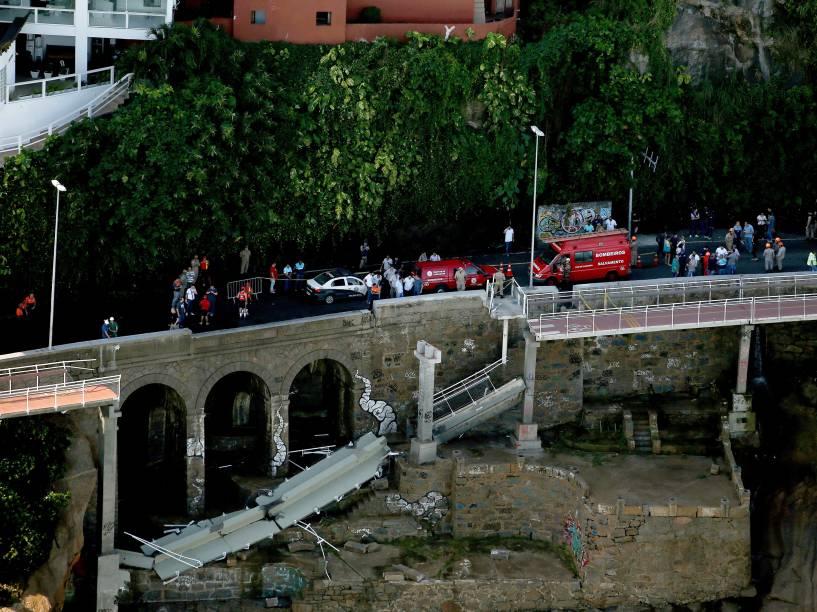 Vista aérea de parte da ciclovia Tim Maia, na Avenida Niemeyer, no Rio de Janeiro (RJ), que desabou após um trecho de 50 metros ser atingido por forte onda. Dois ciclistas morreram. A obra, recém-inaugurada, faz parte do programa de obras de infra-estutura para os Jogos Olímpicos Rio 2016 - 21/04/2016
