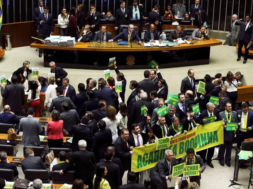 Deputados de oposição levantam faixas durante fala do Advogado Geral da União, José Eduardo Cardozo, que expõe os argumentos da defesa durante discussão da autorização da abertura do processo de impeachment da presidente Dilma Rousseff, no plenário da Câmara dos Deputados- 15/04/2016