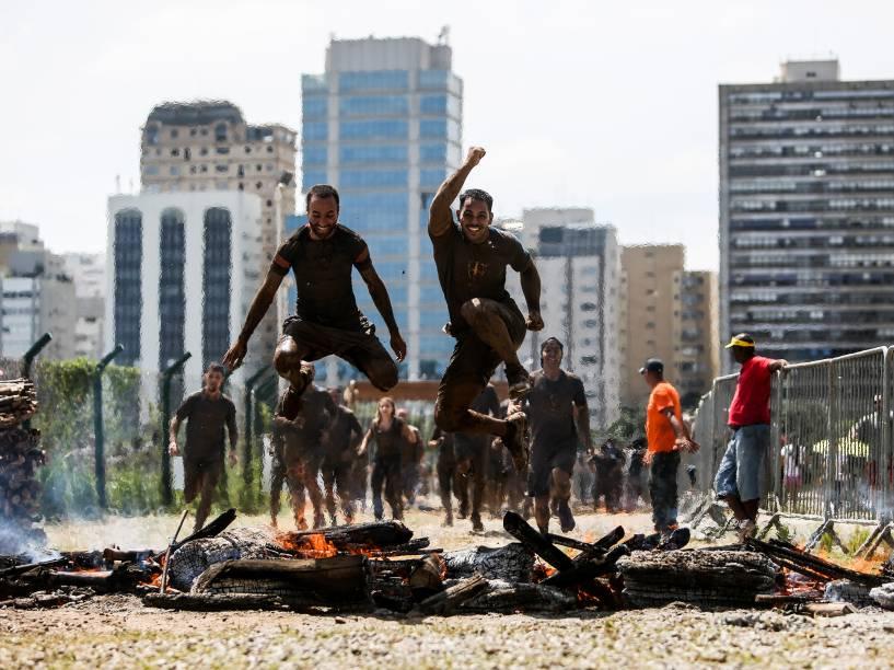 A edição brasileira da Bravus Race foi realizada no Jockey Club de São Paulo, neste domingo (20). O circuito teve 5km de lama e 18 obstáculos projetados com diferentes graus de dificuldade, exigindo resistência física e mental dos participantes