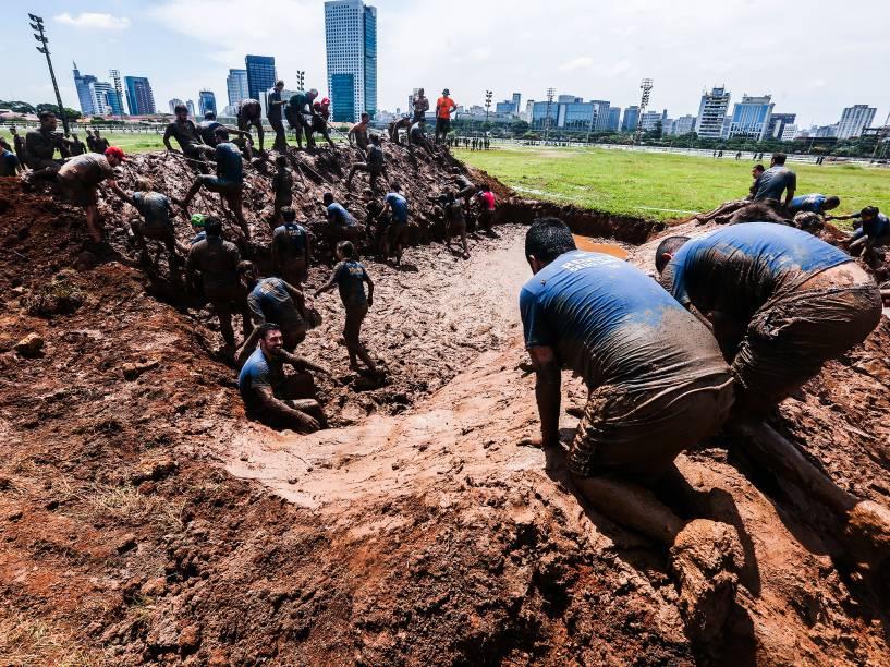 Bravus Race desafia corredores com 5km de lama e dezoito obstáculos, no Jockey Club de São Paulo, neste domingo (20)