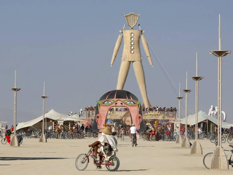 """""""O Homem"""", escultura de madeira que será queimada ao fim da festa, é visto no local do evento conhecido como """"Playa"""", durante o """"Burning Man 2015: Carnaval de Espelhos"""", no deserto de Black Rock, em Nevada"""