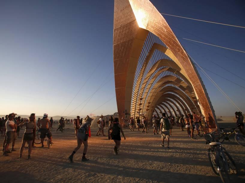 """Luz é refletida no """"Templo da Promessa"""", durante o """"Burning Man 2015: Carnaval de Espelhos"""", festival de música e arte que acontece no deserto de Black Rock, Nevada"""
