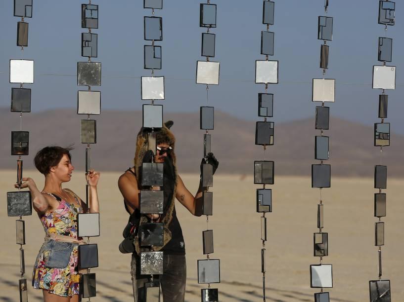 """Visitantes observam instalação artística em meio ao """"Burning Man 2015: Carnaval de Espelhos"""". Cerca de 70.000 pessoas de todo o mundo se reúnem para passar a semana no deserto de Nevada durante o festival"""