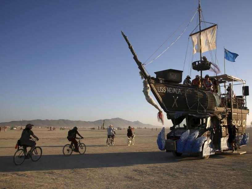 """O veículo USS Nevada transporta participantes durante o """"Burning Man 2015: Carnaval de Espelhos"""", festival de música e arte que acontece no deserto de Black Rock, Nevada"""