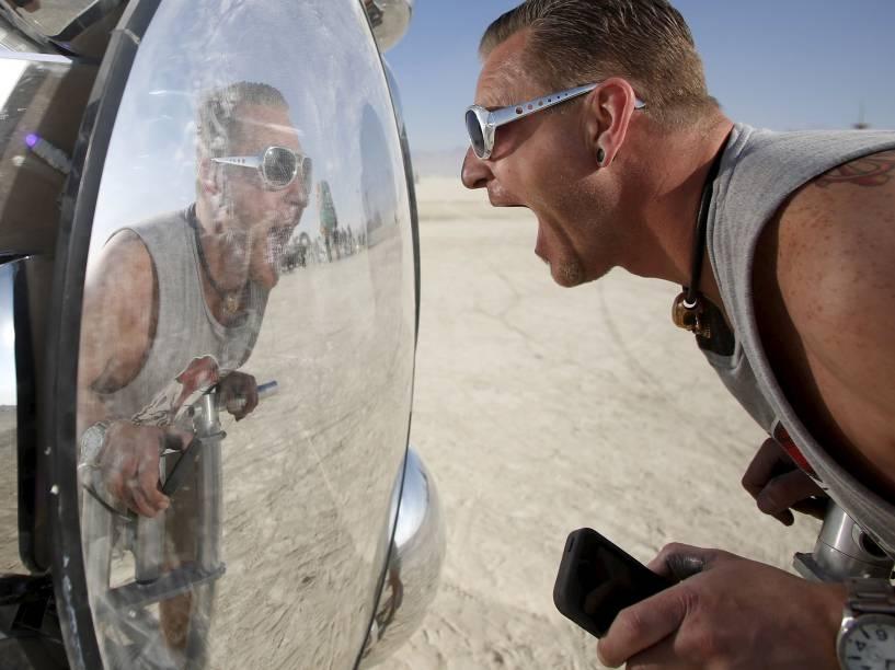 """Participante interage com uma instalação artística em meio ao """"Burning Man 2015: Carnaval de Espelhos"""". Cerca de 70.000 pessoas de todo o mundo se reúnem para passar a semana no deserto de Nevada durante o festival"""