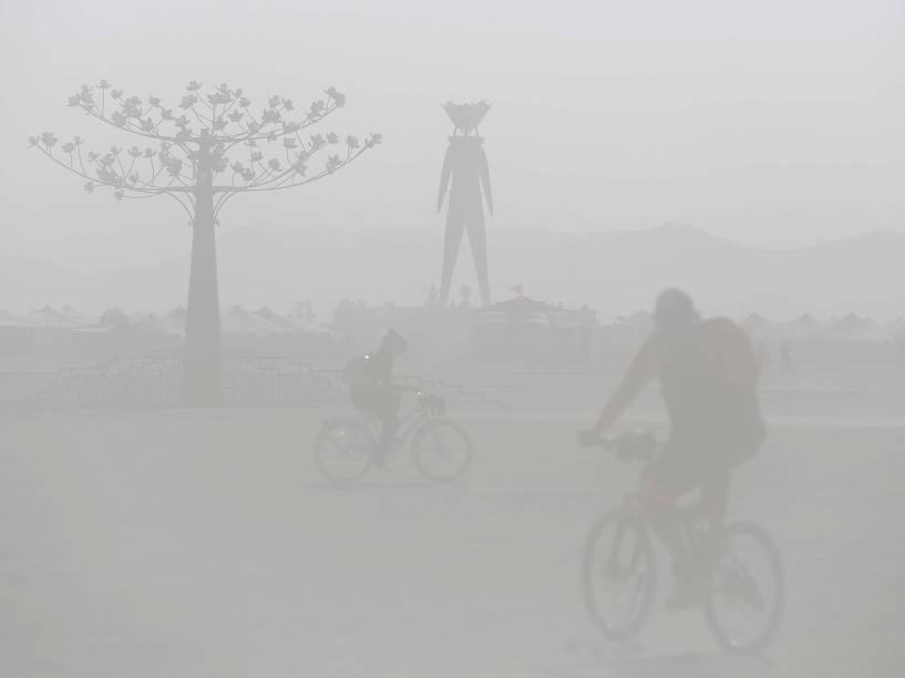 """Areia levanta cobrindo o campo de visão durante o """"Burning Man 2015: Carnaval de Espelhos"""". Cerca de 70.000 pessoas de todo o mundo se reúnem para passar a semana no deserto de Nevada durante o festival"""