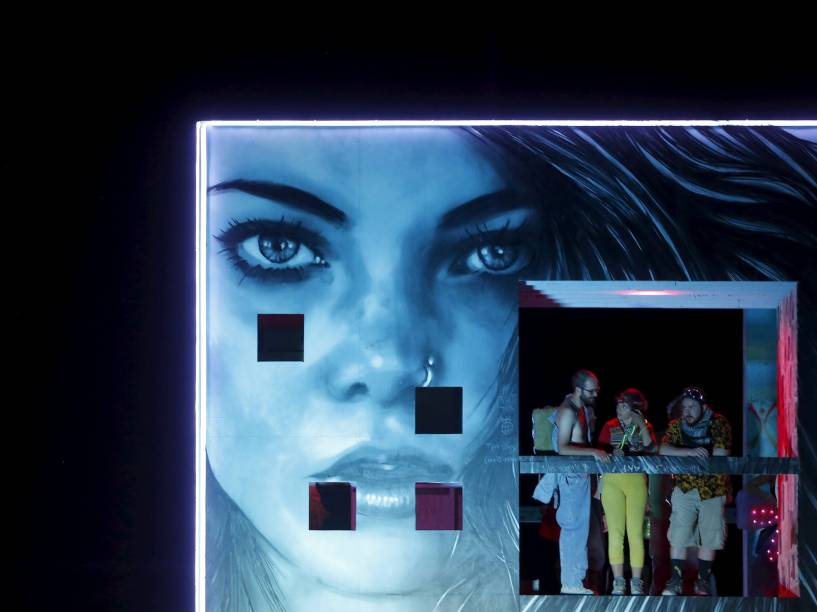 """Participantes interagem com uma instalação artística em meio ao """"Burning Man 2015: Carnaval de Espelhos"""". A festa tradicional é marcada por música e arte, e acontece no deserto de Black Rock, Nevada"""