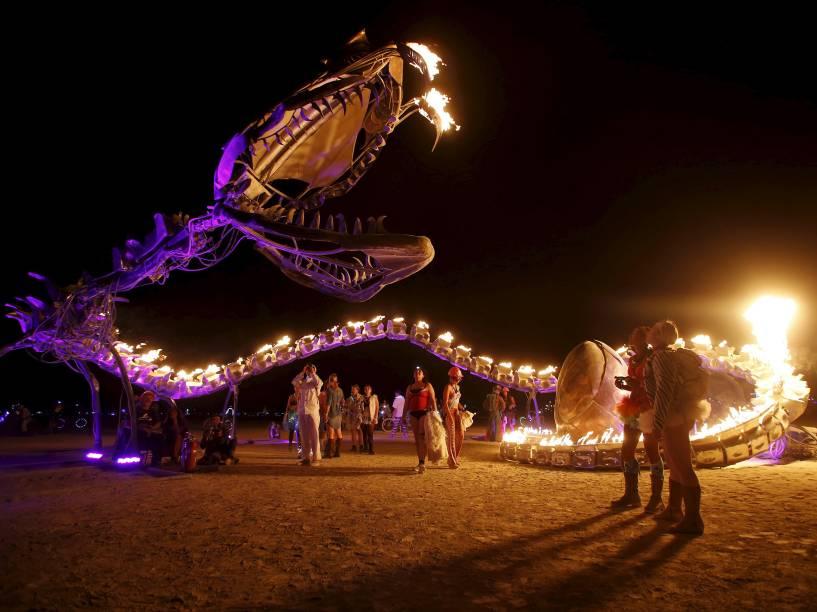 """Pessoas observam a instalação artística """"Mãe Serpente"""", durante o """"Burning Man 2015: Carnaval de Espelhos"""". Cerca de 70.000 pessoas de todo o mundo se reúnem para passar a semana no deserto de Nevada durante o festival"""