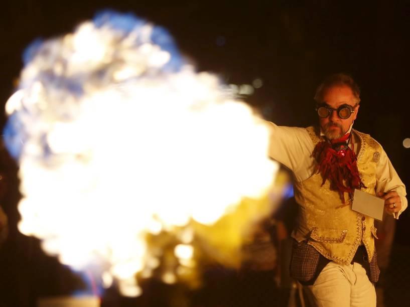 """Homem dança controlando labaredas em apresentação no """"Burning Man 2015: Carnaval de Espelhos"""". Cerca de 70.000 pessoas de todo o mundo se reúnem para passar a semana no deserto de Nevada durante o festival"""