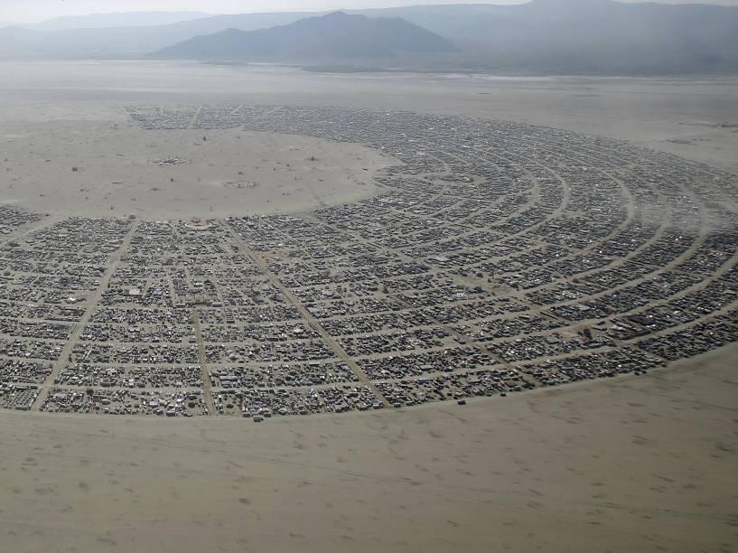 """Vista aérea do """"Burning Man 2015: Carnaval de Espelhos"""". Cerca de 70.000 pessoas de todo o mundo se reúnem para passar a semana no deserto de Nevada durante o festival"""
