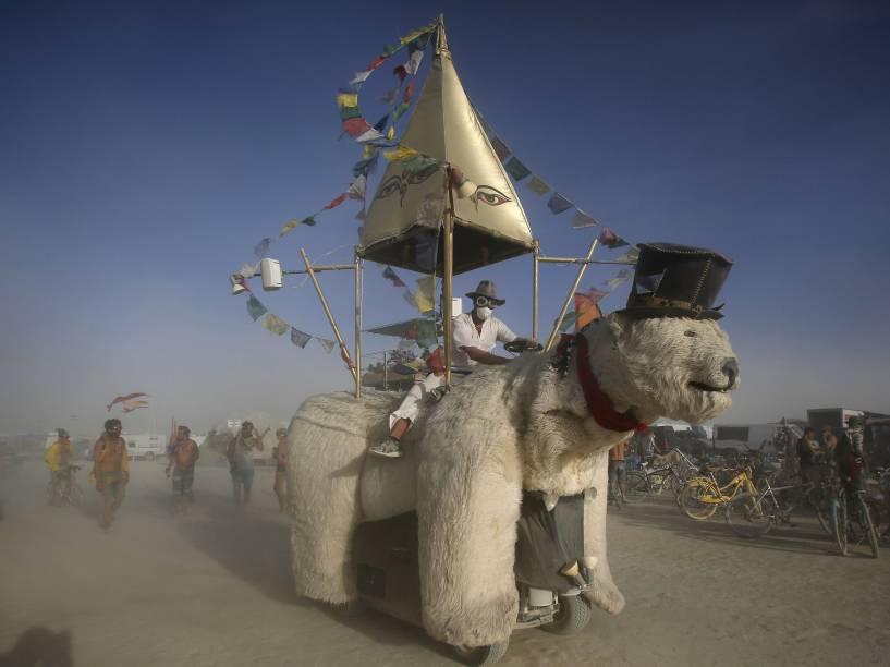 """Veículo em forma de urso polar é dirigido pelo """"Burning Man 2015: Carnaval de Espelhos"""", festival de música e arte que acontece no deserto de Black Rock, Nevada"""
