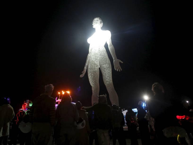 """Participantes observam a instalação artística """"R-Evolution"""", durante o """"Burning Man 2015: Carnaval de Espelhos"""". Cerca de 70.000 pessoas de todo o mundo se reúnem para passar a semana no deserto de Nevada durante o festival"""