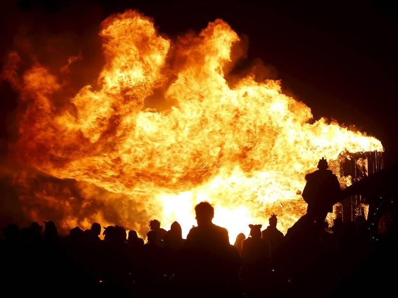 """Participantes observam uma instalação artística em meio ao """"Burning Man 2015: Carnaval de Espelhos"""". A festa tradicional é marcada por música e arte, e acontece no deserto de Black Rock, Nevada"""