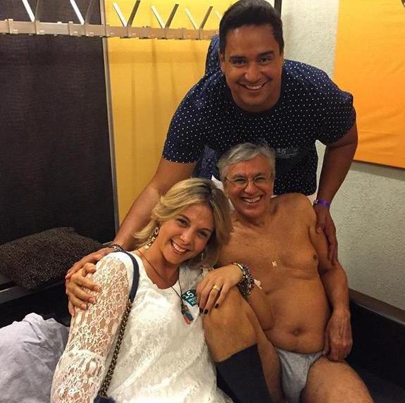 Caetano, de cueca (!), recebe Carla Perez e Xandy em seu camarim no Festival de Montreux, na Suíça