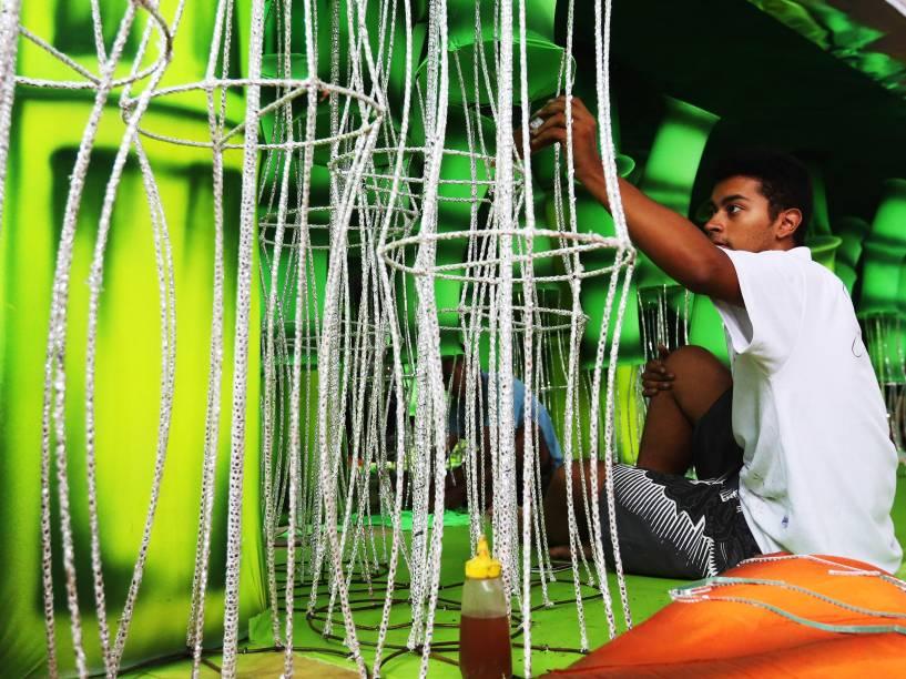 Preparativos finais das alegorias para o Carnaval 2015 no barracão da escola Nenê de Vila Matilde, em São Paulo