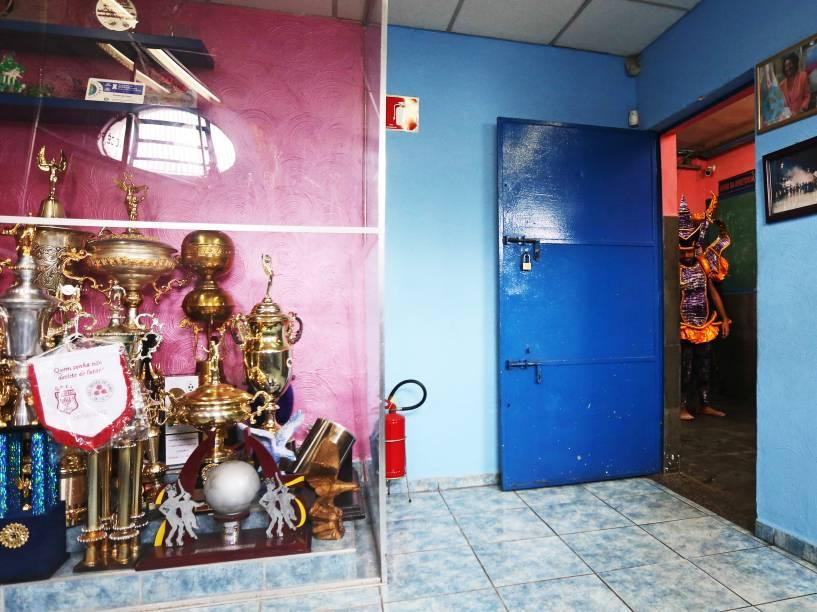 Sala de troféus no barracão da escola Rosas de Ouro, em São Paulo