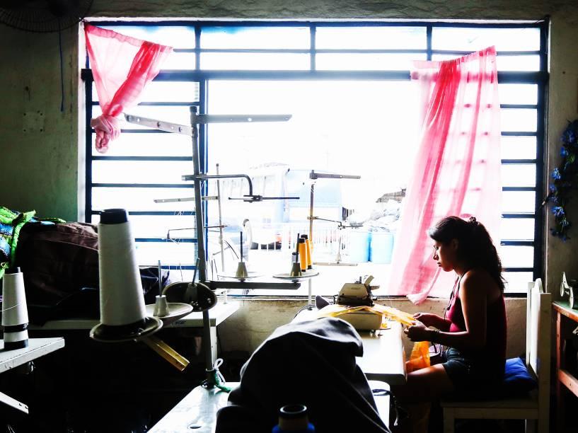 As últimas fantasias são montadas no barracão da Rosas de Ouro durante a fase final dos preparativos para o Carnaval 2015 de São Paulo