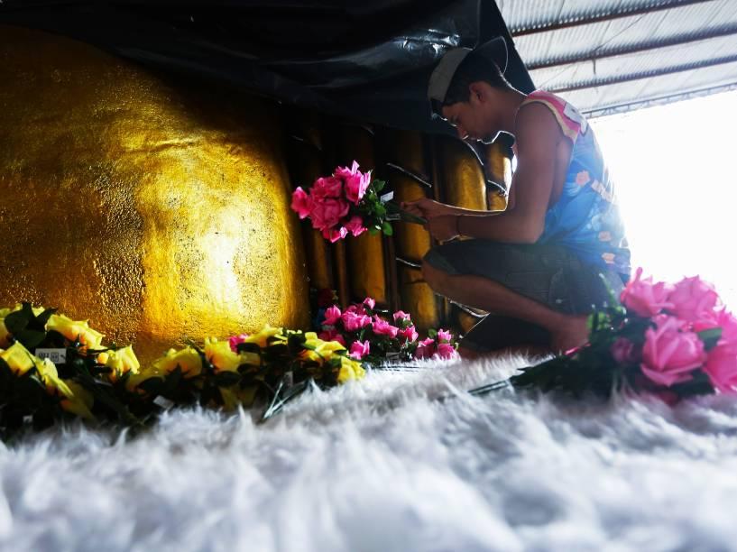 Ajustes finais são feitos nas alegorias da escola Rosas de Ouro para o Carnaval 2015 de São Paulo