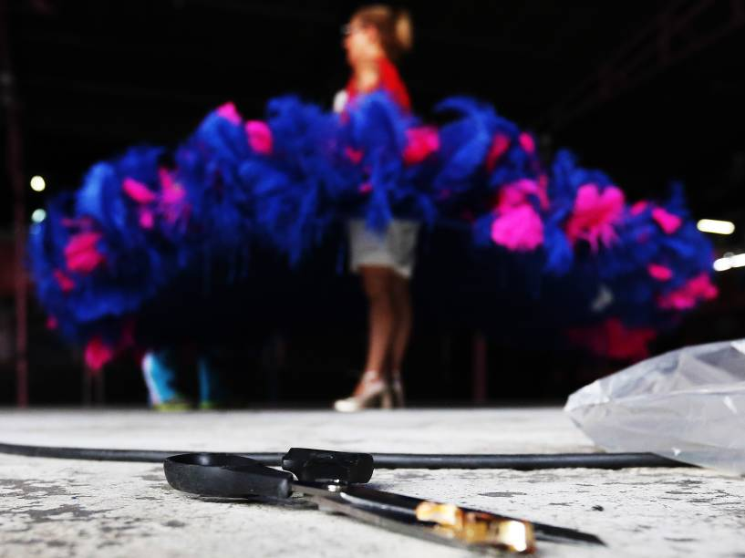 Fantasias e alegorias da escola Rosas de Ouro recebem os ajustes finais para o Carnaval 2015 de São Paulo