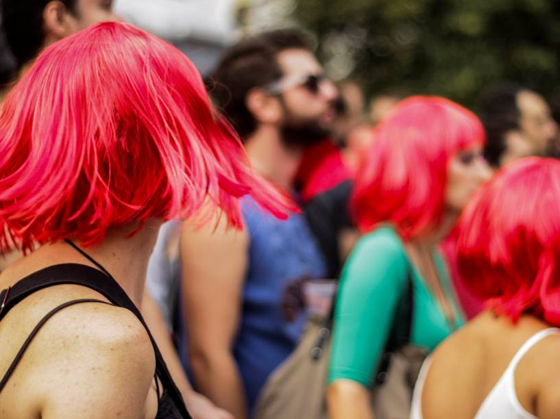 Pessoas vestem de peruca vermelha em homenagem à Rita Lee, no bloco Ritaleena, em São Paulo (SP)