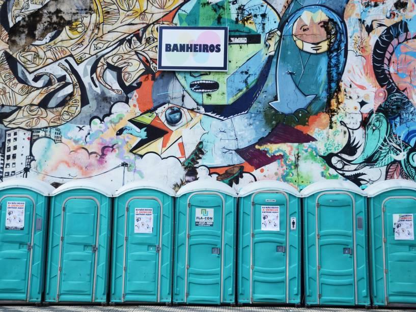 Banheiros químicos colocados nas proximidades da avenida Sumaré, zona Oeste de São Paulo, para o desfile do bloco Bangalafumenga - 07/02/2015
