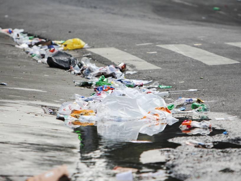 Vista da rua Luis Murat, na Vila Madalena, zona oeste de São Paulo, com lixo acumulado após a passagem dos foliões - 08/02/2015