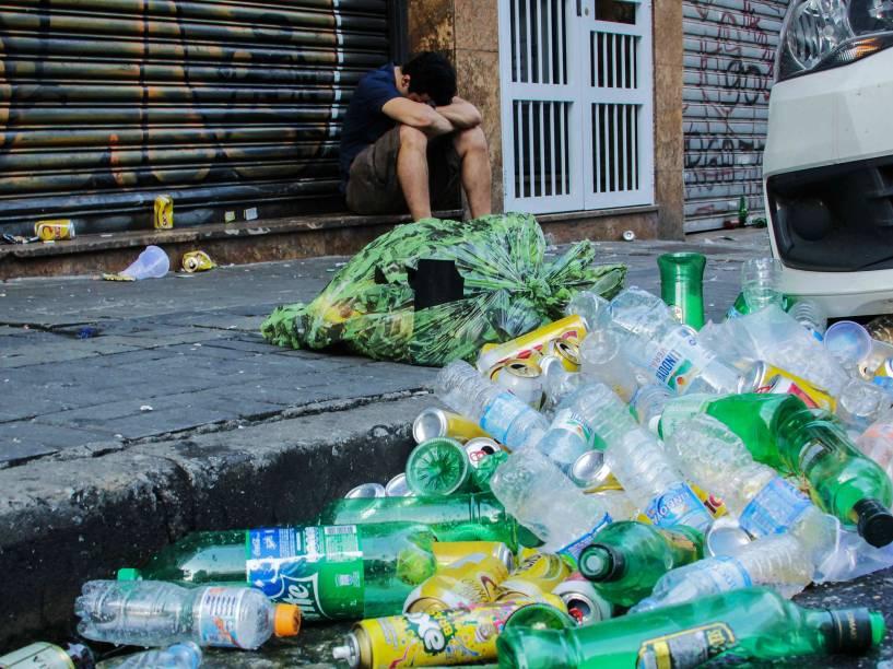 Lixo deixado nas ruas após a passagem do bloco Baixo Augusta que percorreu toda a extensão da Rua Augusta até a Praça Roosevelt, região Central de São Paulo - 08/02/2015