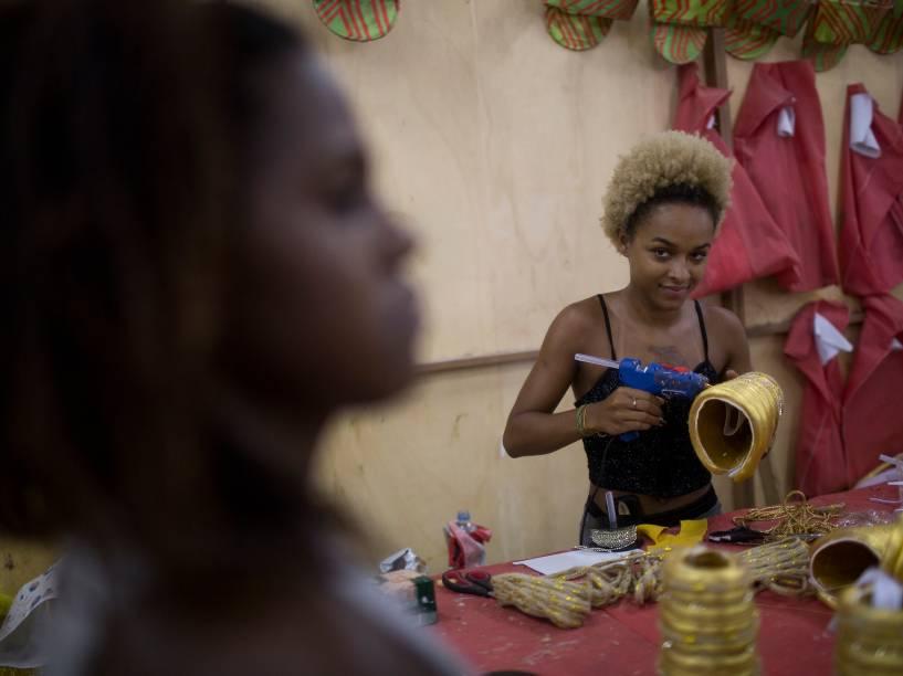 Funcionários da Imperatriz Leopoldinense nos últimos dias de preparação para o Carnaval