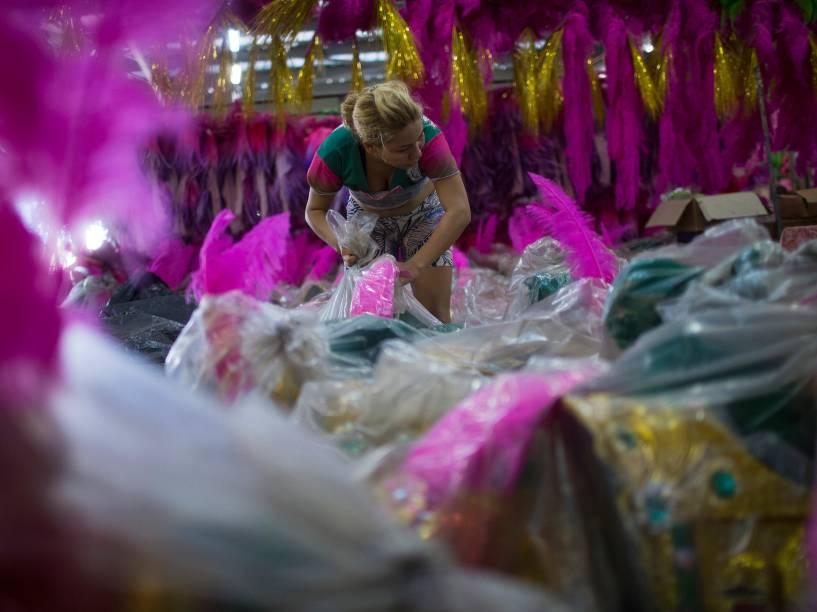 Funcionários da Mangueira nos últimos dias de preparação para o Carnaval